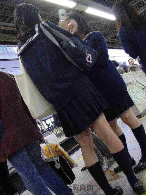 電車通学JKの紺ソックスと太ももを楽しむ盗撮画像 39枚 No.36