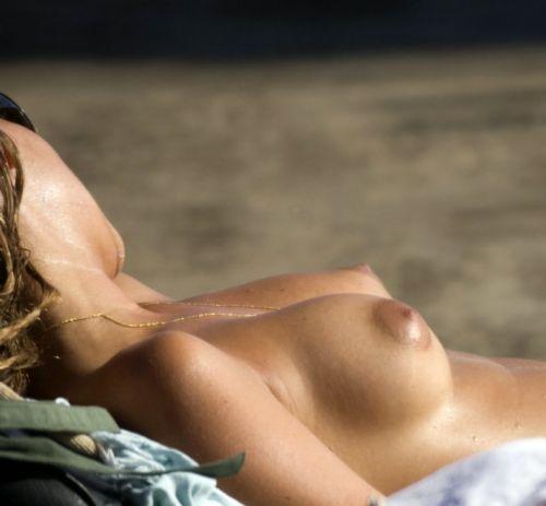 ヌーディストビーチでおっぱいとまんこもさらけ出しちゃう外人盗撮画像 37枚 No.9