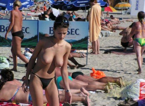 ヌーディストビーチでおっぱいとまんこもさらけ出しちゃう外人盗撮画像 37枚 No.29