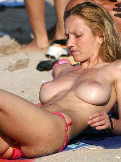 ヌーディストビーチでおっぱいとまんこもさらけ出しちゃう外人盗撮画像 37枚 No.34