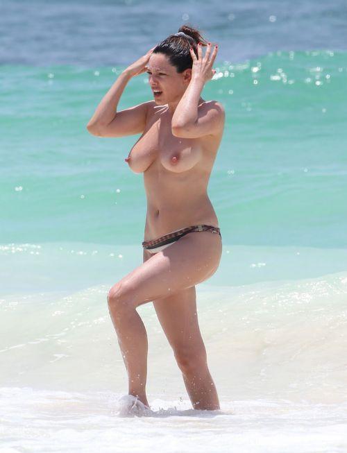 【海外盗撮】ヌーディストビーチでおっぱい放り出してる外人美女画像 40枚 No.2