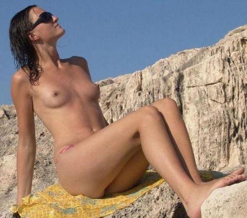 【海外盗撮】ヌーディストビーチでおっぱい放り出してる外人美女画像 40枚 No.4