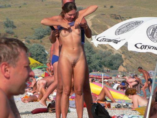 【海外盗撮】ヌーディストビーチでおっぱい放り出してる外人美女画像 40枚 No.7