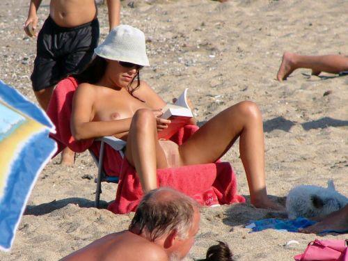 【海外盗撮】ヌーディストビーチでおっぱい放り出してる外人美女画像 40枚 No.10