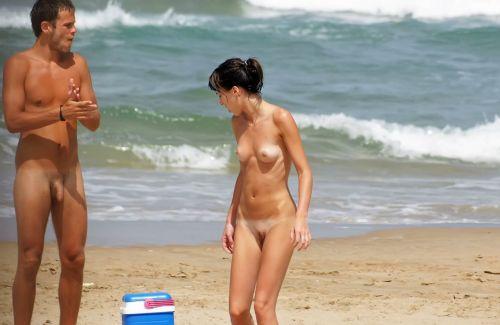 【海外盗撮】ヌーディストビーチでおっぱい放り出してる外人美女画像 40枚 No.21