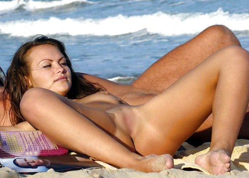 【海外盗撮】ヌーディストビーチでおっぱい放り出してる外人美女画像 40枚 No.29