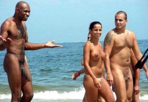 【海外盗撮】ヌーディストビーチでおっぱい放り出してる外人美女画像 40枚 No.37