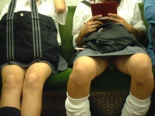 電車の中でちょっと足を開いたJKのパンチラが見えそうな盗撮画像! No.1