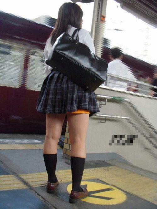 電車の中でちょっと足を開いたJKのパンチラが見えそうな盗撮画像! No.3