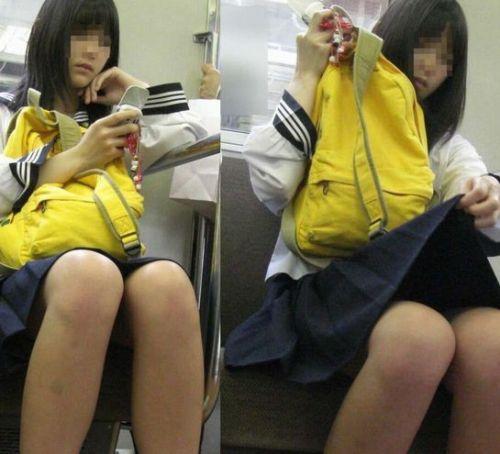 電車の中でちょっと足を開いたJKのパンチラが見えそうな盗撮画像! No.6