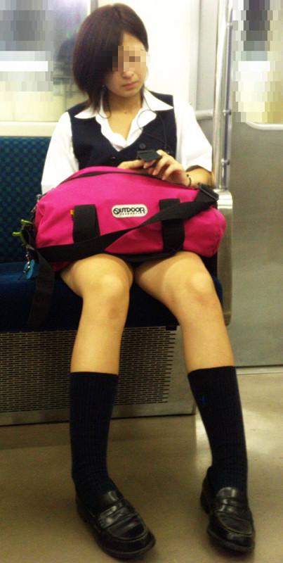 電車の中でちょっと足を開いたJKのパンチラが見えそうな盗撮画像! No.7