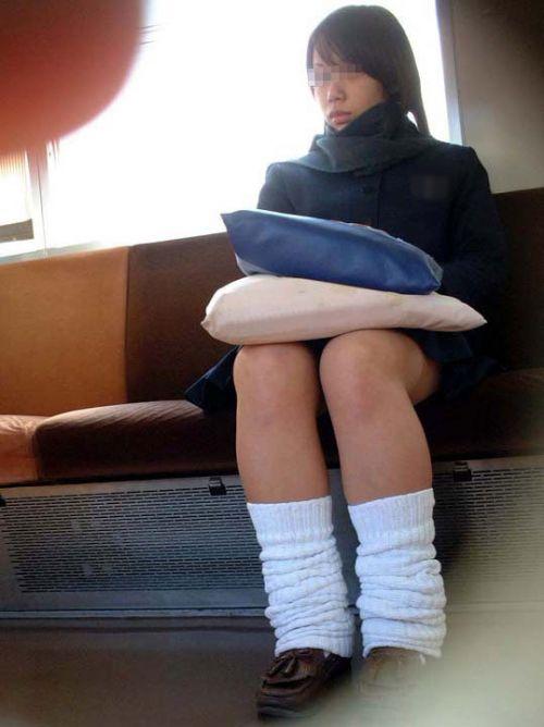 電車の中でちょっと足を開いたJKのパンチラが見えそうな盗撮画像! No.9