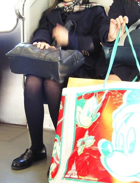 電車の中でちょっと足を開いたJKのパンチラが見えそうな盗撮画像! No.11