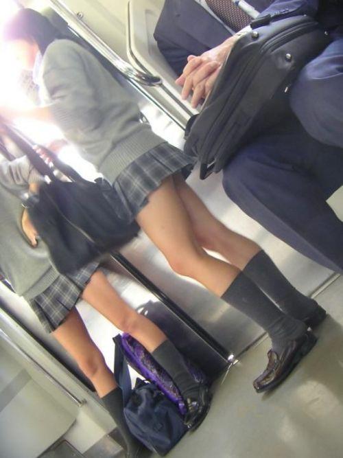 電車の中でちょっと足を開いたJKのパンチラが見えそうな盗撮画像! No.12