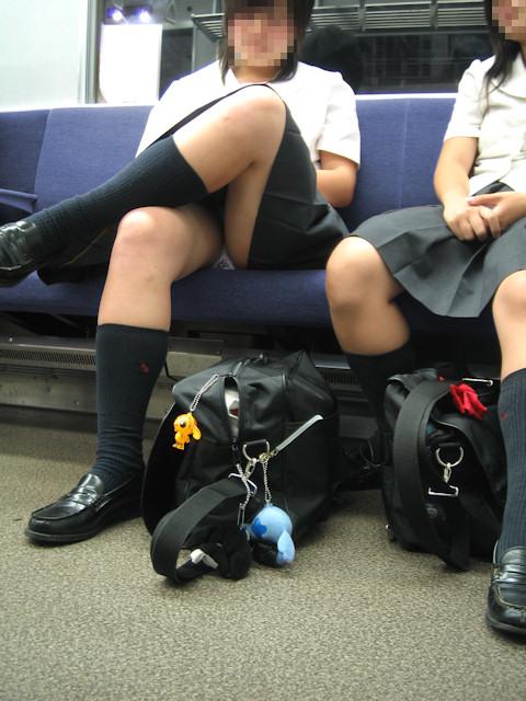電車の中でちょっと足を開いたJKのパンチラが見えそうな盗撮画像! No.15
