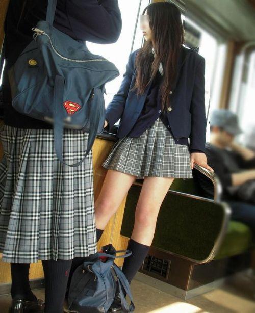 電車の中でちょっと足を開いたJKのパンチラが見えそうな盗撮画像! No.16