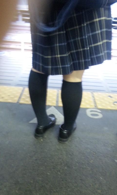 電車の中でちょっと足を開いたJKのパンチラが見えそうな盗撮画像! No.22