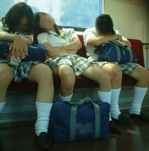 電車の中でちょっと足を開いたJKのパンチラが見えそうな盗撮画像! No.23