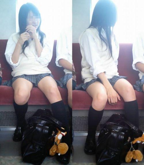 電車の中でちょっと足を開いたJKのパンチラが見えそうな盗撮画像! No.27