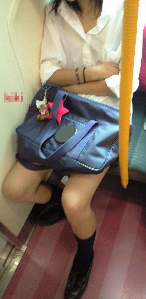 電車の中でちょっと足を開いたJKのパンチラが見えそうな盗撮画像! No.31