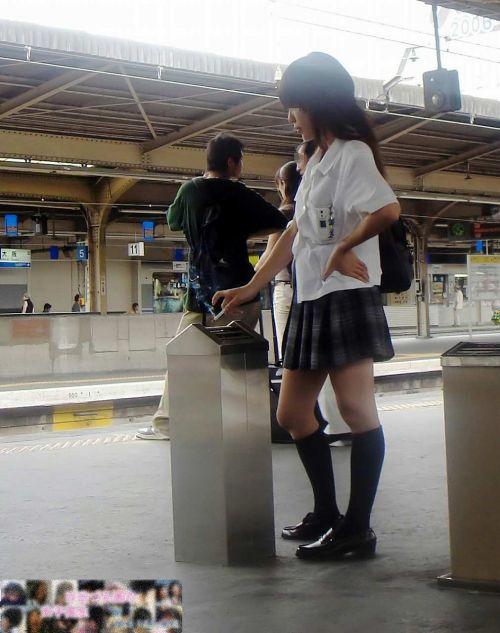 電車の中でちょっと足を開いたJKのパンチラが見えそうな盗撮画像! No.33