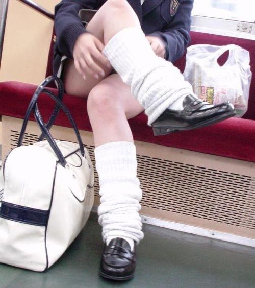 電車の中でちょっと足を開いたJKのパンチラが見えそうな盗撮画像! No.36