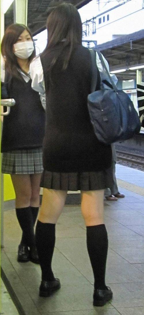 電車の中でちょっと足を開いたJKのパンチラが見えそうな盗撮画像! No.38