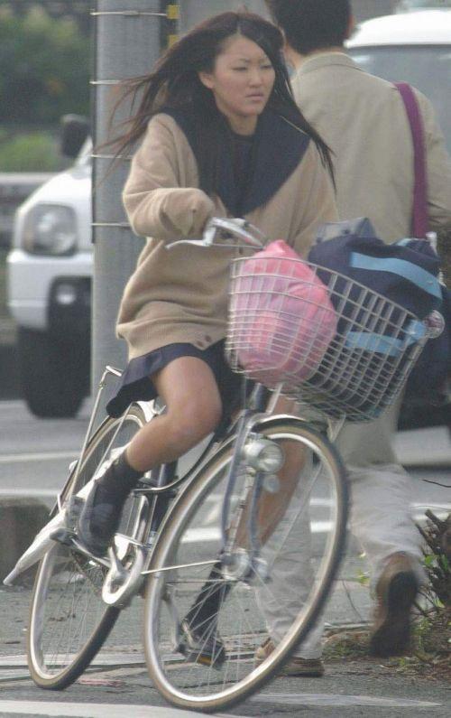 【盗撮画像】風が吹いたらパンチラしちゃう自転車通学JK画像 41枚 No.12