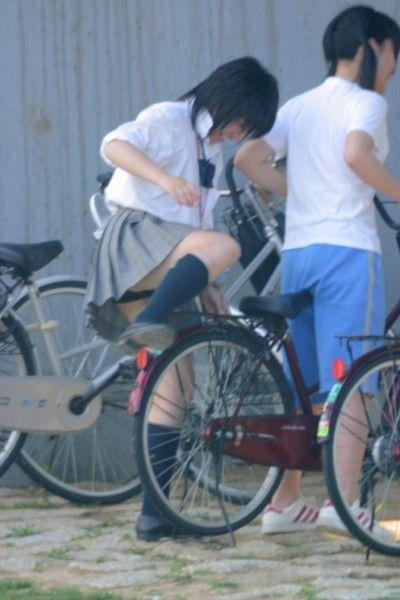 【盗撮画像】風が吹いたらパンチラしちゃう自転車通学JK画像 41枚 No.34