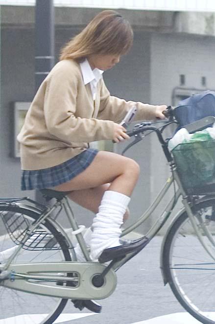 【盗撮画像】風が吹いたらパンチラしちゃう自転車通学JK画像 41枚 No.36