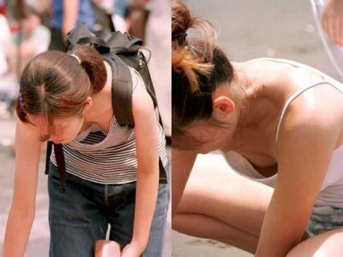【おっぱい面積最大】前傾姿勢のお姉さんだけを選んだ盗撮画像 40枚 No.9