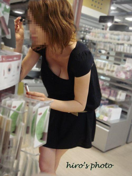 【おっぱい面積最大】前傾姿勢のお姉さんだけを選んだ盗撮画像 40枚 No.22