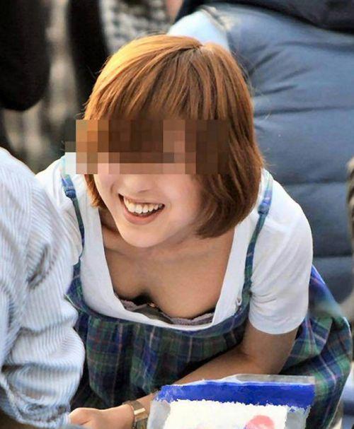【おっぱい面積最大】前傾姿勢のお姉さんだけを選んだ盗撮画像 40枚 No.29
