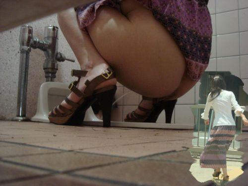 和式トイレの盗撮画像がお尻丸出しでエロ過ぎるわ 35枚 No.8