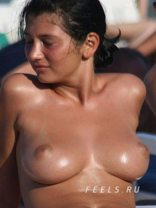 【盗撮画像】海外のヌーディストビーチで戯れる外人女性がエロ過ぎたわ 36枚 No.24