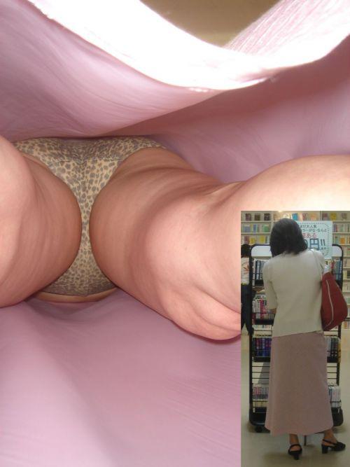 【エロ画像】逆さ撮りでOLさんのパンティと太もも激写盗撮! 36枚 No.10