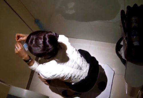 【盗撮画像】女性の局部は見えないけど、洋式トイレもエロかった^^ 43枚 No.2