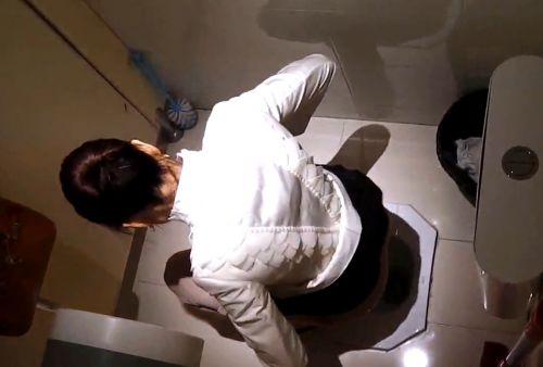 【盗撮画像】女性の局部は見えないけど、洋式トイレもエロかった^^ 43枚 No.5