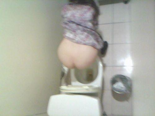 【盗撮画像】女性の局部は見えないけど、洋式トイレもエロかった^^ 43枚 No.9