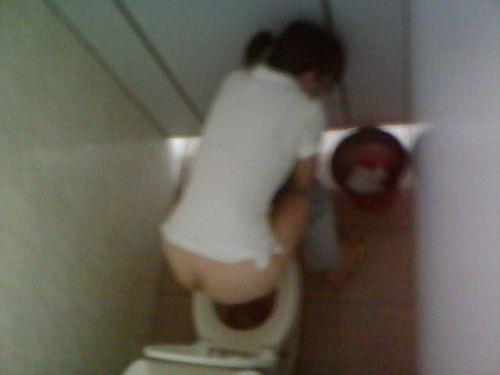 【盗撮画像】女性の局部は見えないけど、洋式トイレもエロかった^^ 43枚 No.10