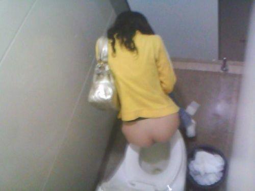 【盗撮画像】女性の局部は見えないけど、洋式トイレもエロかった^^ 43枚 No.13