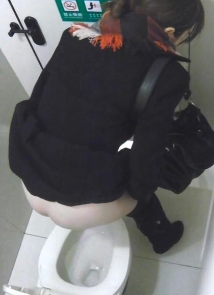 【盗撮画像】女性の局部は見えないけど、洋式トイレもエロかった^^ 43枚 No.15