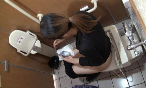 【盗撮画像】女性の局部は見えないけど、洋式トイレもエロかった^^ 43枚 No.16