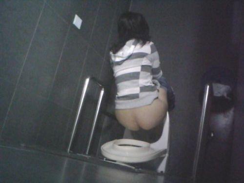 【盗撮画像】女性の局部は見えないけど、洋式トイレもエロかった^^ 43枚 No.19