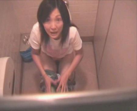 【盗撮画像】女性の局部は見えないけど、洋式トイレもエロかった^^ 43枚 No.26