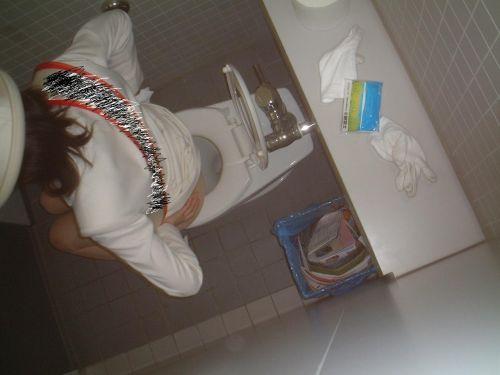 【盗撮画像】女性の局部は見えないけど、洋式トイレもエロかった^^ 43枚 No.42