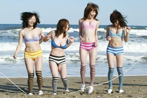 ビーチで美乳・巨乳な水着おっぱいを盗撮したエロ画像まとめ 35枚 No.9