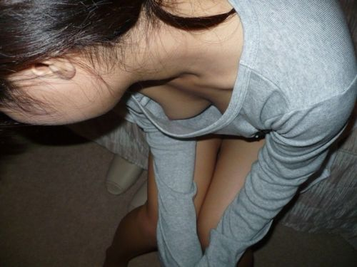 【盗撮エロ画像】前傾姿勢胸チラでポロリしまくるのは当たり前~♪ 40枚 No.5
