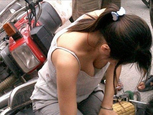 【盗撮エロ画像】前傾姿勢胸チラでポロリしまくるのは当たり前~♪ 40枚 No.14