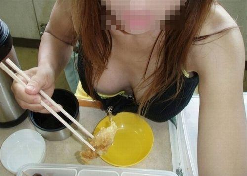 【画像】巨乳のお姉さんてちょっと上から盗撮したらすぐ胸チラするよな 41枚 No.18